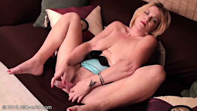 Mommy Plays With Her Cunt