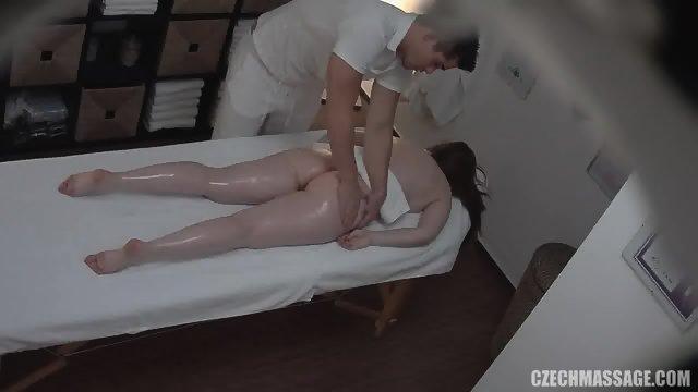 Amateur Girl Gets Pussy Massage