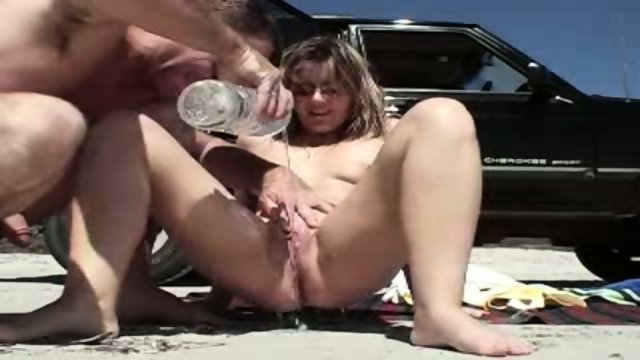 Pussy rubbing at the beach