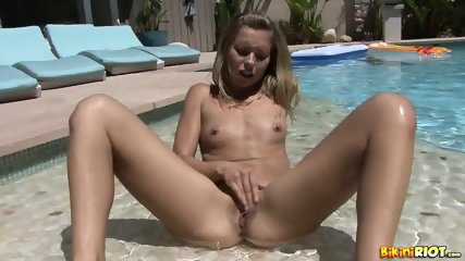 Blonde Babe Rubs Pussy In The Pool