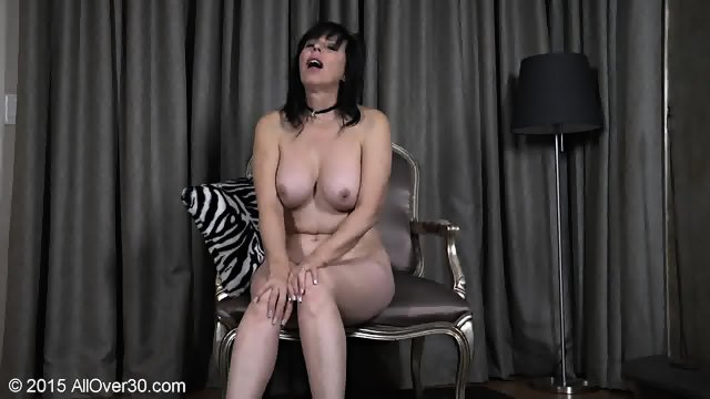 Mature Lady Shows Body