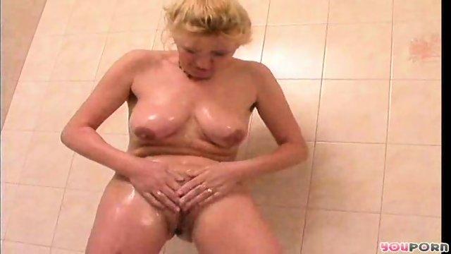 Maure blonde's bathtime 1/5