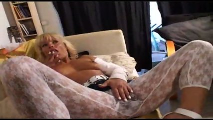 Betty-Davis pulls down her white tights