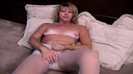 Mature Blonde masturbante in pantyhose and dildo