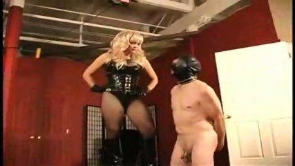 Ama tortura a esclavo en castidad - scene 9
