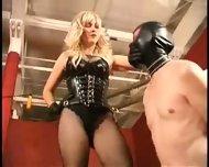Ama tortura a esclavo en castidad - scene 10