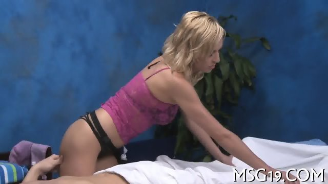 Slender blondie enjoys blowjib