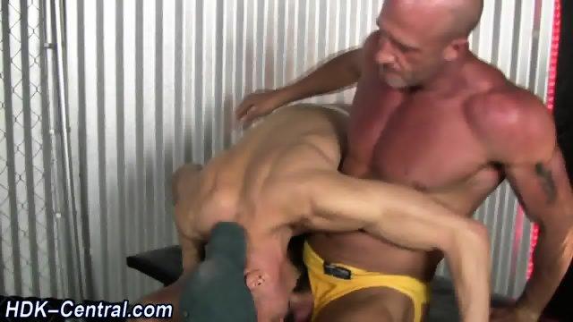 Muscled dude spurts cum