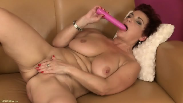 Mature Lady Uses Dildo