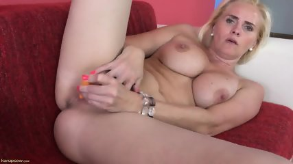 Older Women Plays With Dildo