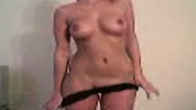 Amateur chick rubbs and blows her BF