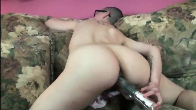 Shaved Head Girl Masturbates On Cam